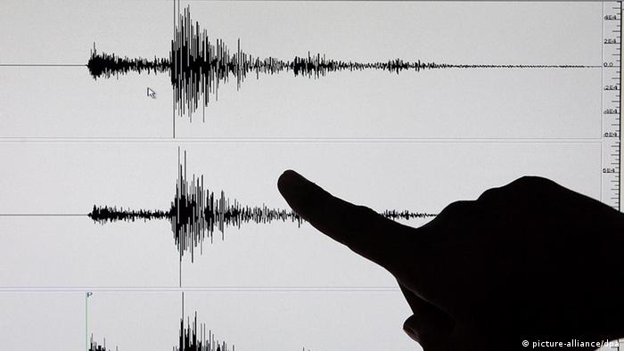 Symbolic photo showing a finger pointing at a seismographic printout. Photo:EPA/ALANAH M. TORRALBA +++(c) dpa - Bildfunk+++