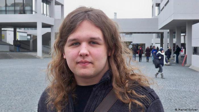 Der Student Cornelius Merz auf dem Campus der Universität Regensburg