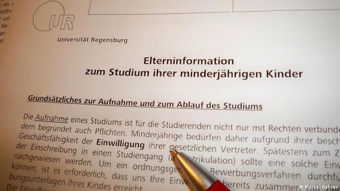 Elterninformation der Universität Regensburg, mit der sie das Einverständnis für das Studium ihres Kindes geben (Foto: Marcel Kehrer)