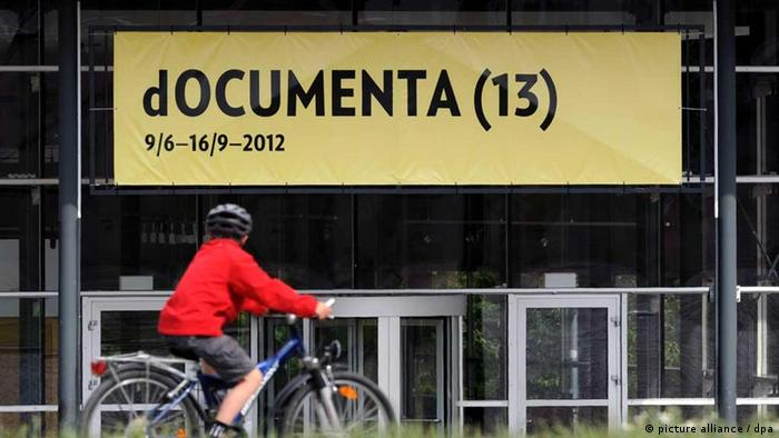 Ein großes documenta-Banner hängt am Donnerstag (09.06.2011) über dem Eingang der documenta-Halle in Kassel. Ein Jahr vor Beginn der documenta gibt es in Kassel mit dem frisch entrollten Banner den ersten deutlichen Hinweis auf die 13. Ausgabe der bedeutenden Kunstschau. Foto: Uwe Zucchi dpa/lhe +++(c) dpa - Bildfunk+++