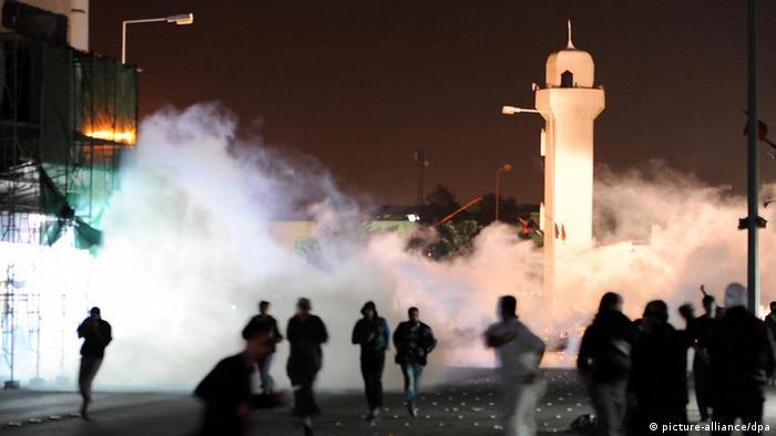 Bahrain demonstrators run for cover