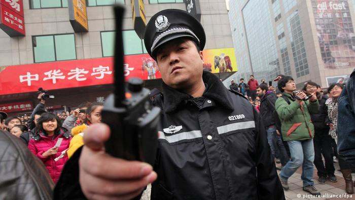 China Menschenrechte Peking Polizisten unterdrücken Rufe nach Jasmin-Protesten (picture-alliance/dpa)