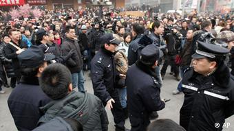 China Menschenrechte Peking Polizisten unterdrücken Rufe nach Jasmin-Protesten