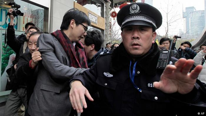 """(资料图片)中国警方驱散高喊""""茉莉花革命""""的示威者"""