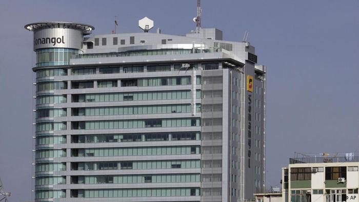 Crescimento de betão - sede da Sonangol, empresa petrolífera nacional de Angola, em Luanda