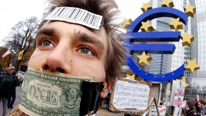 Manifestante diante da sede do BCE em Frankfurt