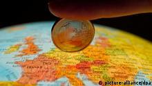 Symbolbild Euro auf Globus