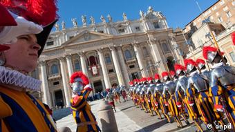 Swiss guards line up as they wait for Pope Benedict XVI to deliver his Urbi et Orbi (to the City and to the World) speech from the central loggia of St. Peter's Basilica, at the Vatican, Sunday, Dec. 25, 2011. Benedict XVI called for an end to the bloodshed in Syria and the resumption of Israeli-Palestinian peace talks in his Christmas message Sunday, an appeal for peace that was challenged by deadly attacks on two Nigerian churches. (Foto:Andrew Medichini/AP/dapd)