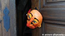 Eine Maske hängt am Donnerstag (28.07.2011) beim Theatersommer in Netzeband (Ostprignitz-Ruppin), vor dem Beginn des Stückes Scherz, Satire, Ironie und tiefere Bedeutung von Christian Dietrich Grabbe an der Tür der Temnitzkirche. Das Masken-Schauspiel ist vom 29. Juli bis 27. August 2011 immer Freitag- und Samstagabends zu sehen. Foto: Jens Kalaene dpa/lbn