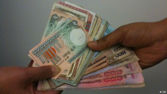Symbolbild Bangladesch Korruption Banknoten Geld Bestechung (DW)