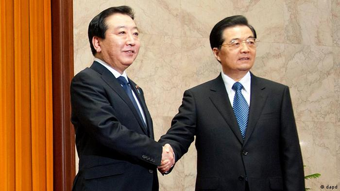 Japanese Prime Minister Yoshihiko Noda, left, shakes hands with Chinese President Hu Jintao prior to a meeting at the Great Hall of the People in Beijing, China, Monday, Dec. 26, 2011. Noda wrapped up his trip to Beijing on Monday where he sought China's cooperation in promoting stability in North Korea after the death of its longtime leader Kim Jong Il. (Foto:Ed Jones, Pool/AP/dapd)