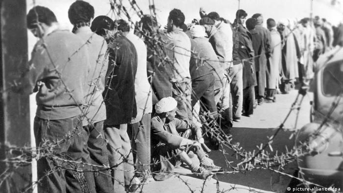 Presos argelinos en diciembre de 1956 en Orán, durante la guerra que en 1962 culminaría con la independencia de Argelia de la dominación francesa.