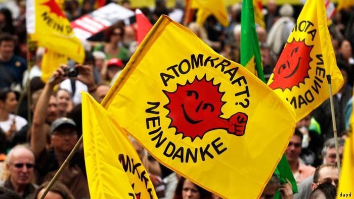 Demonstranten protestieren am Samstag (28.05.11) auf dem Roemer in Frankfurt am Main gegen Atomkraft. Zehntausende Menschen sind am Samstag fuer einen raschen Ausstieg aus der Atomenergie auf die Strasse gegangen. Bundesweit hatten Umweltverbaende, Anti-Atomkraft- und Friedensorganisationen in 21 Staedten zu Protesten aufgerufen. (zu dapd-Text) Foto: Mario Vedder/dapd