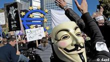 Ein Teilnehmer einer Demonstration gegen die Macht der Finanzmaerkte traegt am Samstag (15.10.11) in Frankfurt am Main vor dem Gebaeude der Europaeischen Zentralbank (EZB) eine Maske in jenem Design, das typischerweise von Aktivisten des internationalen Netzwerks Anonymous getragen wird. Die Demonstration fand im Zuge weltweiter Kundgebungen gegen die Macht der Finanzbranche statt. (zu dapd-Text) Foto: Thomas Lohnes/dapd