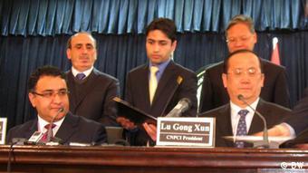 Afghanistans Bergbauminister Shahrani (li.) bei Verhandlungen mit einem chinesischen Unterhändler (Foto:DW)