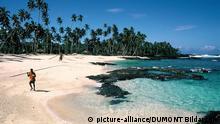 Ein Angler läuft über den Sandstrand des Paradise Beach an der Südküste der Insel Upolu in Samoa. Upolu ist neben Savaii die größte Insel des Inselstaats Samoa im südwestlichen Pazifik. Samoa umfasst den westlichen Teil der Samoainseln und ist auch als Westsamoa bekannt.(Undatierte Aufnahme)