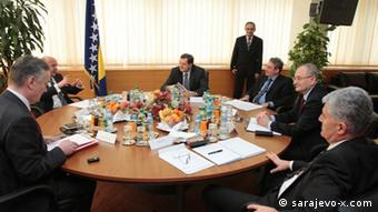 Bosnian politicians sit at round table