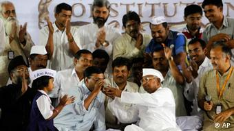 Indian anti-corruption activist Anna Hazare, offers a glass of juice to Arvind Kejriwal (Photo: AP Photo/Rafiq Maqbool)