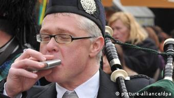 Ein Dudelsackbläser der St. Patricks Day trinkt aus einem Flachmann. Der irische Nationalfeiertag St. Patricks Day wurde mit einem Festzug und Dudelsackkapellen aus Irland, Schottland und darauffolgenden Partys gefeiert. (Foto: dpa)