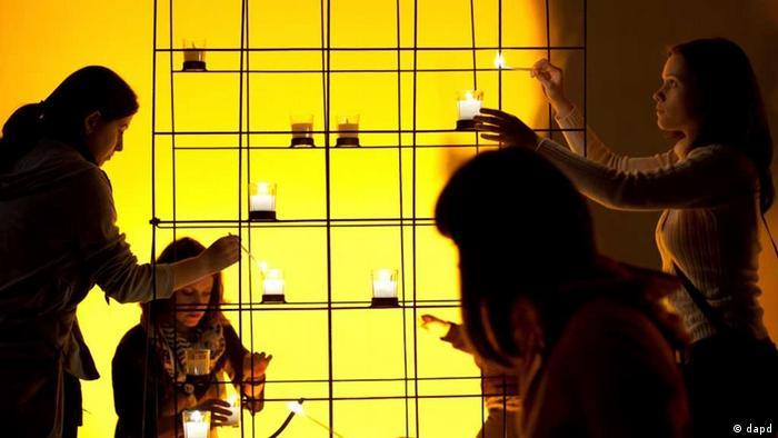 Young people lighting candles (Photo: Maja Hitij/dapd)