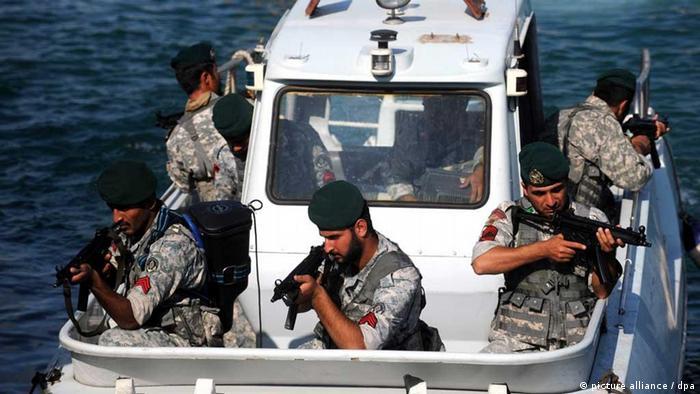 Iranianos em manobra naval: área é foco de conflitos