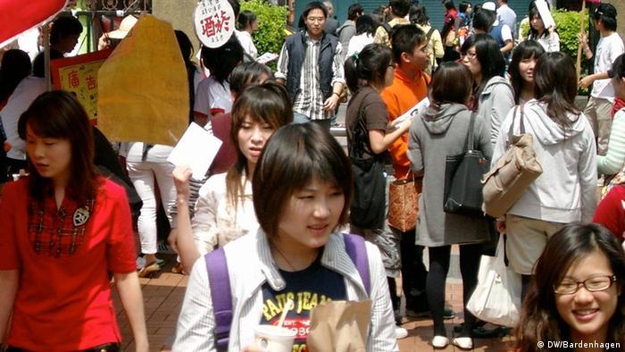 Taiwaner oder Chinesen? Die junge Generation hält wenig von politischen Flügelkämpfen und festen Ideologien: Studenten in Taipeh. DW/ Klaus Bardenhagen Dez. 2011