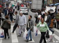 Consumidores nas ruas de São Paulo, grande centro comercial brasileiro