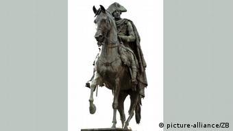 Das Reiterdenkmal Friedrich des Großen Unter den Linden in Berlin, aufgenommen am (13.10.2009). Das Denkmal von Christian D. Rauch zeigt den Monarchen auf dessen Lieblingspferd Conde. oto: Robert Schlesinger dpa