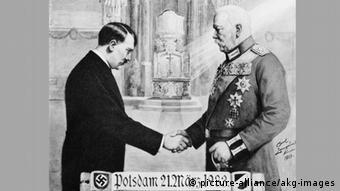 Postkartenmotiv mit Hitler und Hindenburg (Foto: picture alliance)