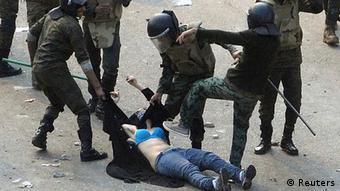 Ägypten Unruhen in Kairo Frau im blauen BH als Symbol des Widerstand Demonstration