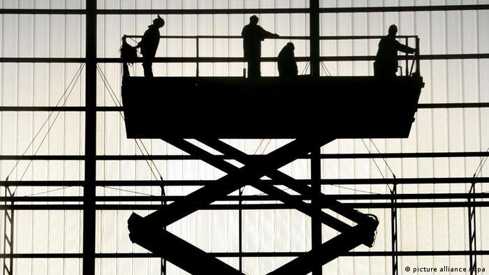 Monteure arbeiten am Montag an der Fassade im Hangar des neuen DHL-Luftfrachtdrehkreuzes auf dem Flughafen Leipzig/Halle an der Verlegung von Haustechnik. (Foto: dpa)