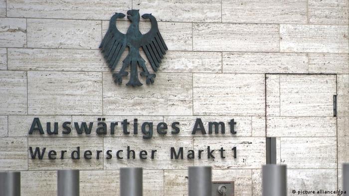 Der Eingangsbereich des Auswärtigen Amtes in Berlin. An der Wand steht der Name des Ministeriums, darunter die Adresse Werderscher Markt, darüber hängt der Bundesadler. (Foto: Marius Becker / dpa)