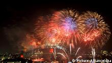 FILE - Fireworks light up the sky during new year's eve celebrations on the harbor in Sydney, Australia, 01 January 2011. EPA/PAUL MILLER (zu dpa: Feuerwerk, Sekt und Partys - Metropolen feiern Silvester vom 29.12.2011) +++(c) dpa - Bildfunk+++