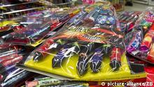 Feuerwerkskörper werden am Donnerstag (29.12.2011) in einem Supermarkt in Magdeburg zum Kauf angeboten. Am selben Tag begann der offizielle Verkauf von Feuerwerksartikeln. Das Abbrennen ist nur am 31. Dezember und am 1. Januar erlaubt. Foto: Jens Wolf/lah