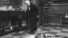 ACHTUNG: Nur zur redaktionellen Verwendung im Zusammenhang mit der Sendung und mit vollständiger Nennung des Urhebers Foto: NDR/Annemarie Aldag --- Freddie Frinton als Diener James im beliebten TV-Sketch «Dinner for One oder der 90. Geburtstag». «Dinner for one» ist Kult, Silvester-Kult. Ein Muss: «Dinner for One» am 31. Dezember in der Flimmerkiste. Der TV-Klassiker aus den sechziger Jahren hat längst auch das digitale Zeitalter erreicht. Im Internet finden sich unzählige Parodien und Varianten des Silvester-Knallers. (zu dpa-Korr. ««Dinner for One» - Immer wieder ... anders!» vom 27.12.2011) ACHTUNG: Nur zur redaktionellen Verwendung im Zusammenhang mit der Sendung und mit vollständiger Nennung des Urhebers Foto: NDR/Annemarie Aldag +++(c) dpa - Bildfunk+++