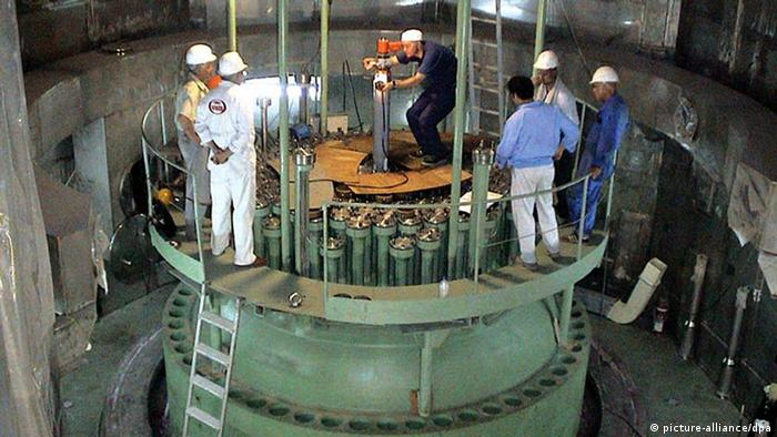 Technicians measure the reactore core barrel at Bushehr nuclear power plant at the Persian Gulf port of bushehr, August 2004 (Photo: PARSPIX +++(c) dpa - Report+++)