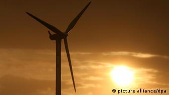 Die Sonne geht am Samstag (29.08.2009) hinter einer Windkraftanlage in der Nähe von Kiel auf. Das Wetter wird am Samstag (29.8.2009) wechselhaft mit Gewittern und Temperaturen um 18 Grad. Foto: Angelika Warmuth dpa/lno +++(c) dpa - Report+++