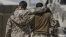 ARCHIV - Deutsche ISAF Soldaten umarmen sich am 10. September 2009 nach der Rueckkehr von einem Einsatz nahe Kundus, Afghanistan. Immer mehr Bundeswehr-Soldaten leiden nach Einsaetzen in Afghanistan unter ihren traumatischen Erfahrungen. Dieses Jahr sei eine Zunahme der sogenannten Posttraumatischen Belastungsstörung (PTBS) um 30 Prozent zu verzeichnen, meldete die