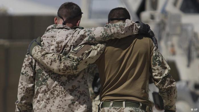 Deutsche Soldaten umarmen sich nach der Rückkehr von einem Einsatz in Afghanistan (Foto/Archiv: AP)