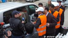 epa03046146 A handout picture released by Syrian Arab news agency SANA, shows Arab League observers in orange jackets upon their arrival to check wounded people in the national hospital in Daraa southern Syria 31 December 2011. According to media reports on 31 December, Arab League peace observers, inspecting hotspots across Syria, have called on the government to remove 'immediately' snipers from rooftops of buildings. The observers are in Syria to verify the government's compliance with an Arab League peace plan, which includes removing military hardware from civilian areas and releasing detainees from prisons. More than 5,000 people have been killed in the Syrian government's crackdown on a pro-democracy uprising since it started in mid-March, according to the United Nations. EPA/SANA HANDOUT HANDOUT EDITORIAL USE ONLY/NO SALES +++(c) dpa - Bildfunk+++