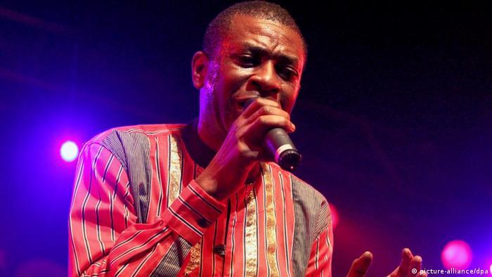 Der senegalesische Popstar Youssou N'Dour, aufgenommen bei einem Konzert um Mai 2010 in Würzburg (Foto: dpa)