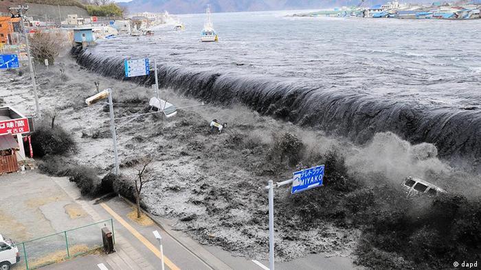 Japan Erdbeben und Tsunami bricht in Miyako über die Deiche (dapd)