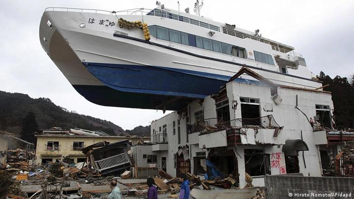 Um barco em cima de um telhado na localidade japonesa de Otsuchi