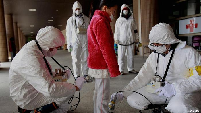 A young person in Fukishima being examined by scientists in Fukushima after the nuclear accident Foto: Wally Santana/AP