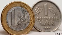 Baden- Wuerttemberg/ Eine 1 Euro Muenze (l.) und 1 Deutsche Mark stehen am Dienstag (03.01.12) in Goeppingen fuer eine Illustration nebeneinander. Trotz Sparplaenen in den Krisenlaendern glauben viele Wirtschaftsexperten nicht an ein schnelles Ende der Euro-Krise. Foto: Daniel Maurer/dapd
