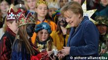 Bundeskanzlerin Angela Merkel (CDU) trifft am Donnerstag (05.01.2012) Sternsinger im Kanzleramt in Berlin. Sternsinger aus allen 27 deutschen Bistümern haben während ihres traditionellen Besuchs die etwa 500.000 Mädchen und Jungen vertreten, die sich rund um das Dreikönigsfest bundesweit an der 54. Aktion Dreikönigssingen beteiligen. Foto: Hannibal dpa/lbn