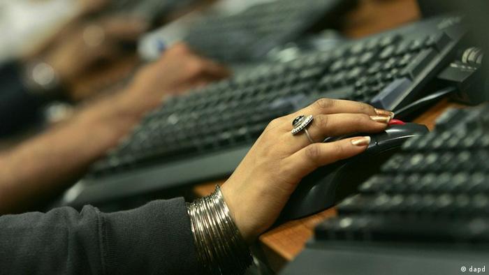 Indien Symbolbild Computer Frauenhand in New Delhi mit Tastatur