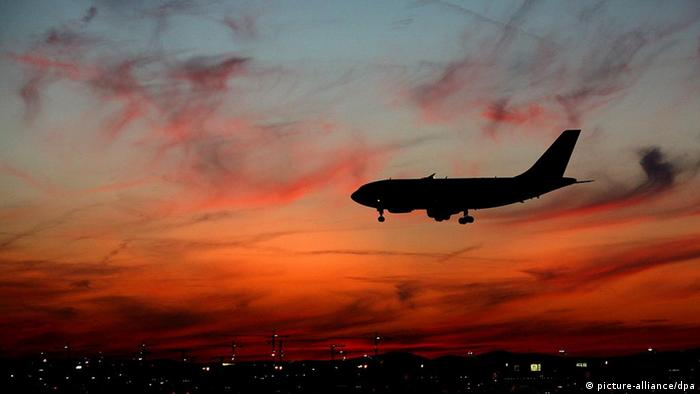 Vor einem vom Sonnenuntergang farbenprächtig verfärbten Himmel landet am Donnerstag (16.07.2009) ein Flugzeug auf dem Flughafen in Frankfurt am Main. Foto: Julian Stratenschulte dpa/lhe +++(c) dpa - Bildfunk+++