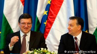 epa02519250 European Commission President Jose Manuel Barroso (L) and Hungarian Prime Minister Viktor Orban (R) smile during a joint session of the Hungarian government and the European Commission in the Parliament building in Budapest, Hungary, 07 January 2011. The session is held to discuss mutual tasks and coordinate the work schedule as Hungary took over the half year's rotating presidency of the European Union on 01 January 2011. EPA/SZILARD KOSZTICSAK ***HUNGARY OUT*** +++(c) dpa - Bildfunk+++
