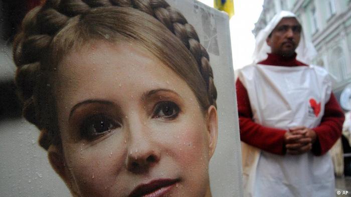 Plakat mit einem Portrait von Julia Timoschenko auf einer Straße in Kiew(Foto: AP/dapd)